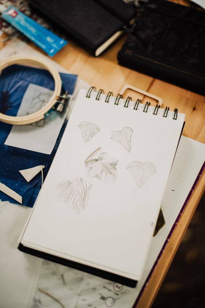 szkice liści na kartce notatnika