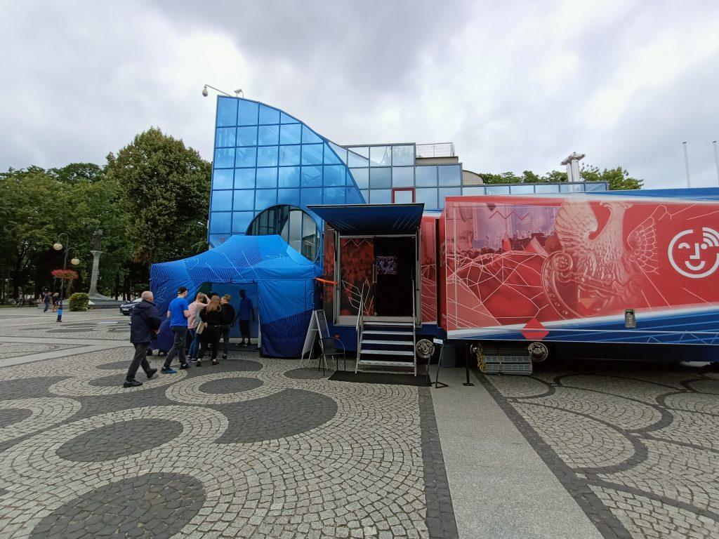 rozstawiony bus i namiot z fotobudką na rynku