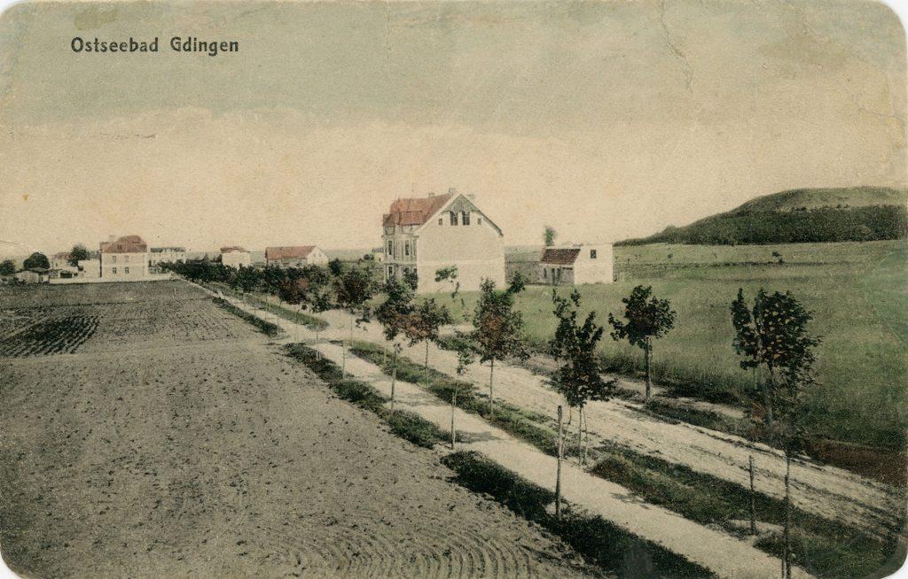 pocztówka z drogą i domkiem po prawej stronie