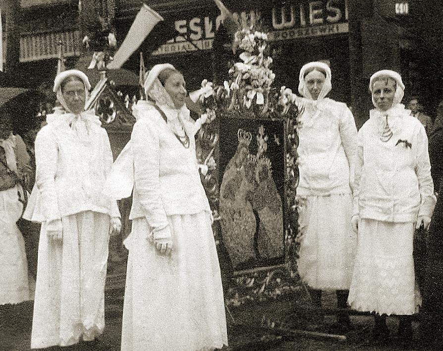 Zdjęcie pochodzi z 1939 roku i przedstawia kobiety w uroczystym stroju poznańskim. Fotografia pochodzi z archiwum dr Zofii Grodeckiej.