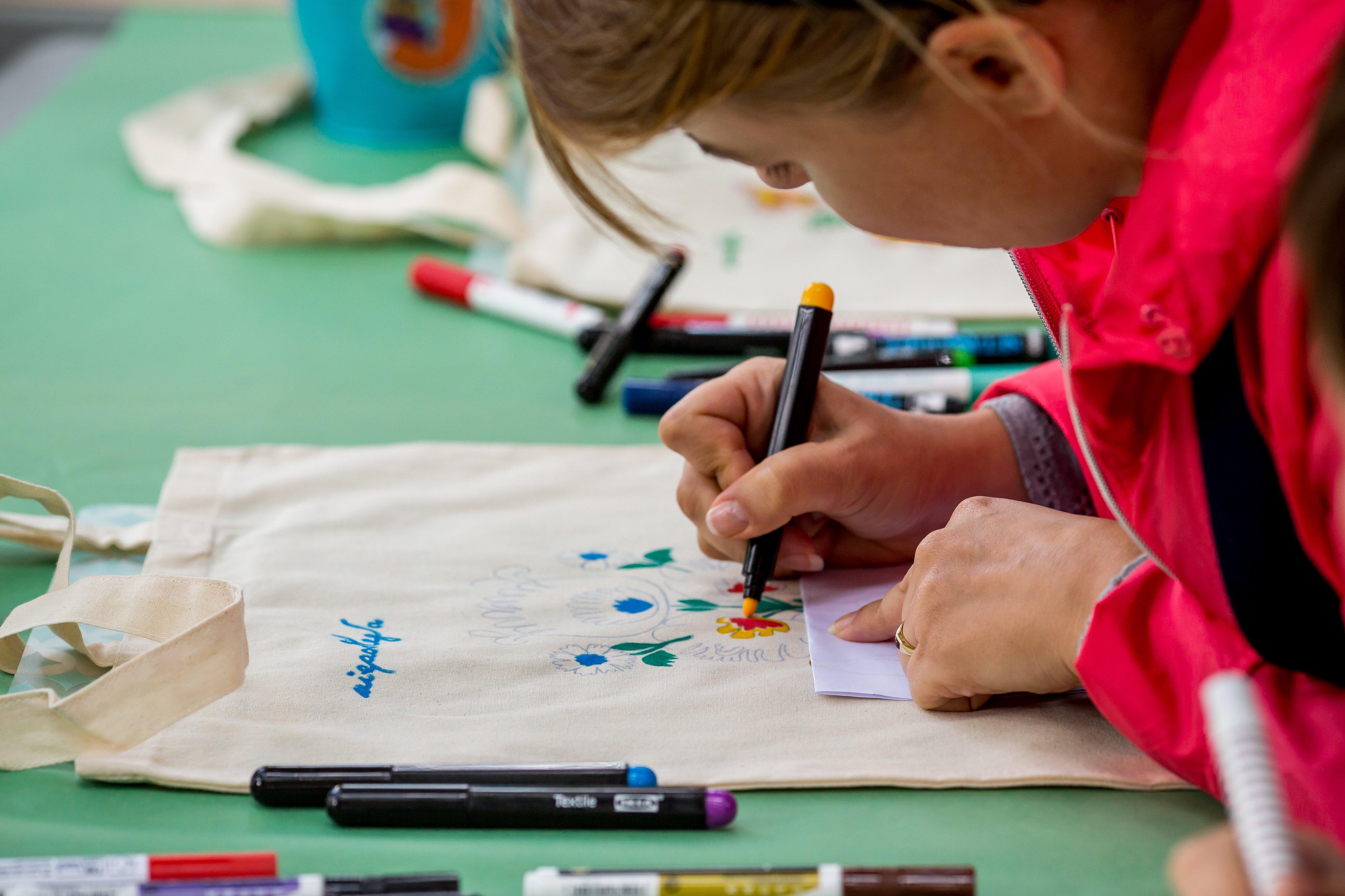 dziecko biorące udział w warsztatach