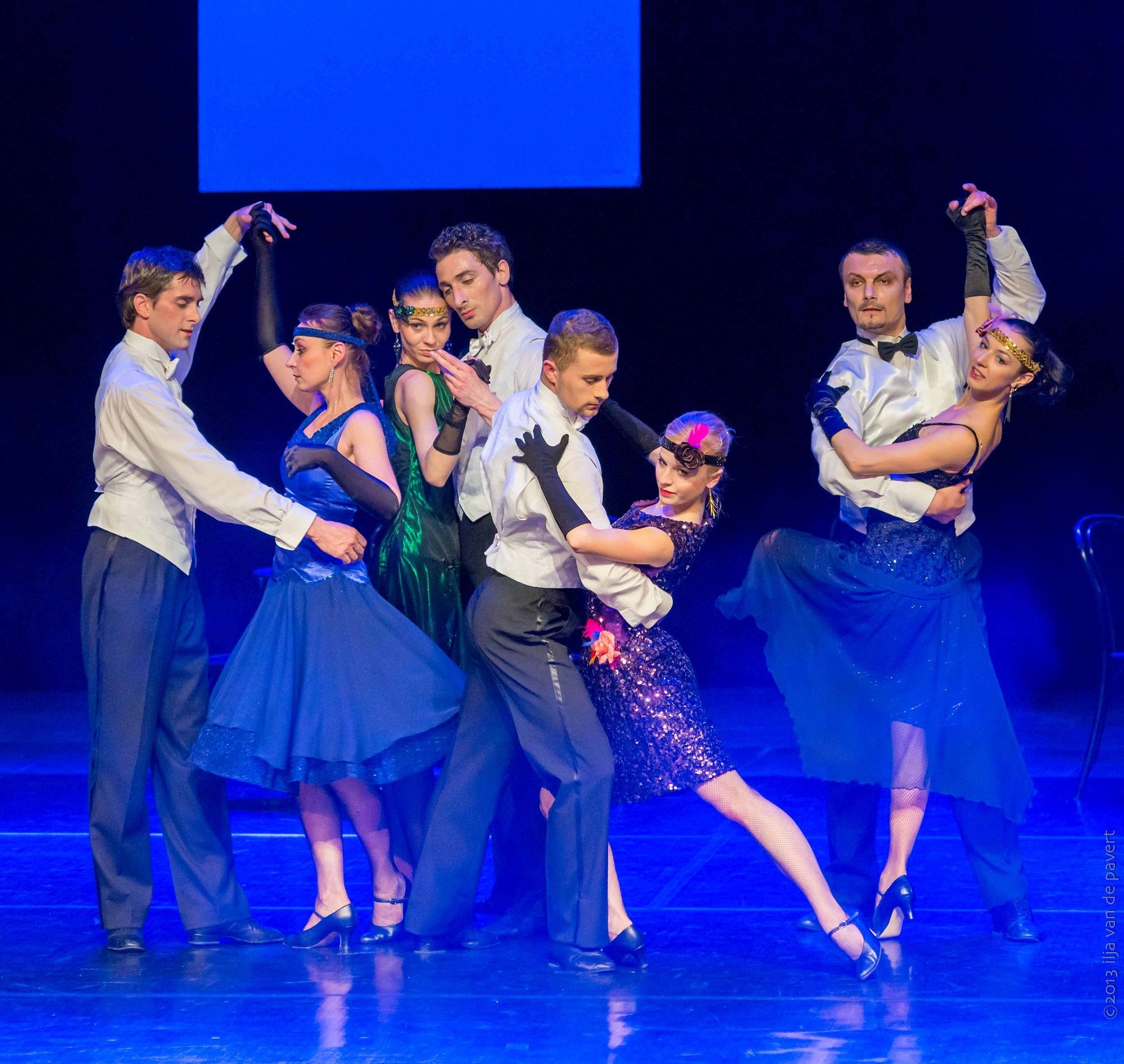 na zdjęciu artyści z baletu Cracovia Danza wykonują taniec z dwudziestolecia międzywojennego