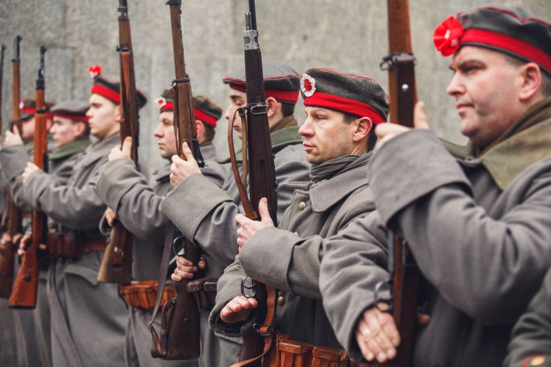 Rekonstruktorzy wcieelający się w rolę Powstańców Wielkopolskich