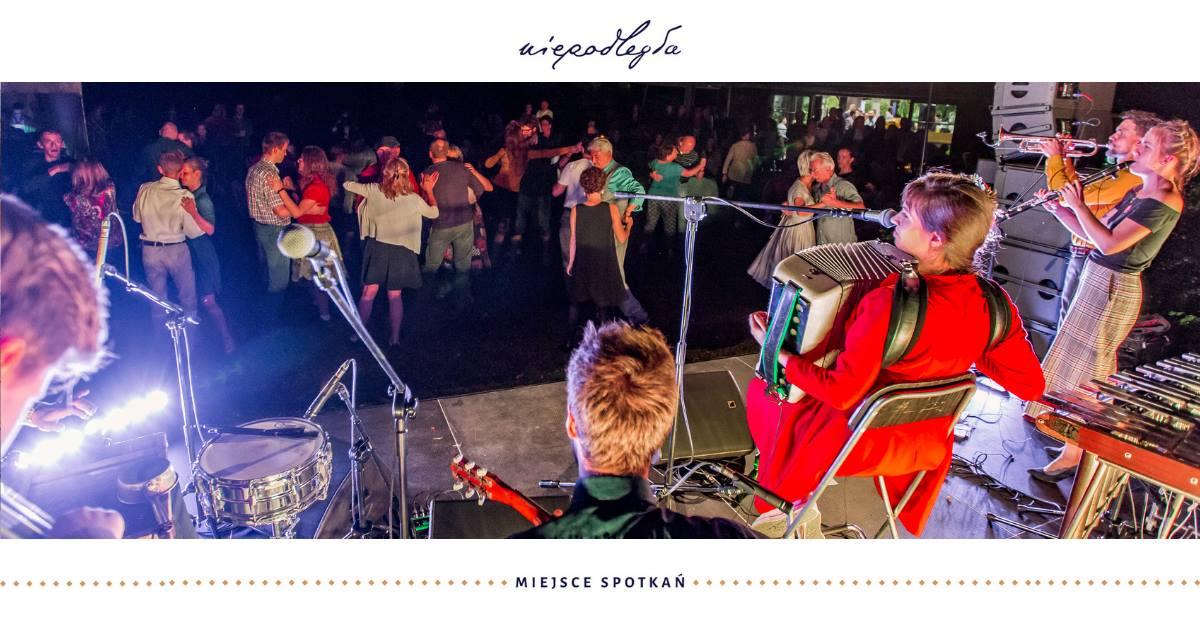 zdjęcie zza orkiestry na tańczących ludzi