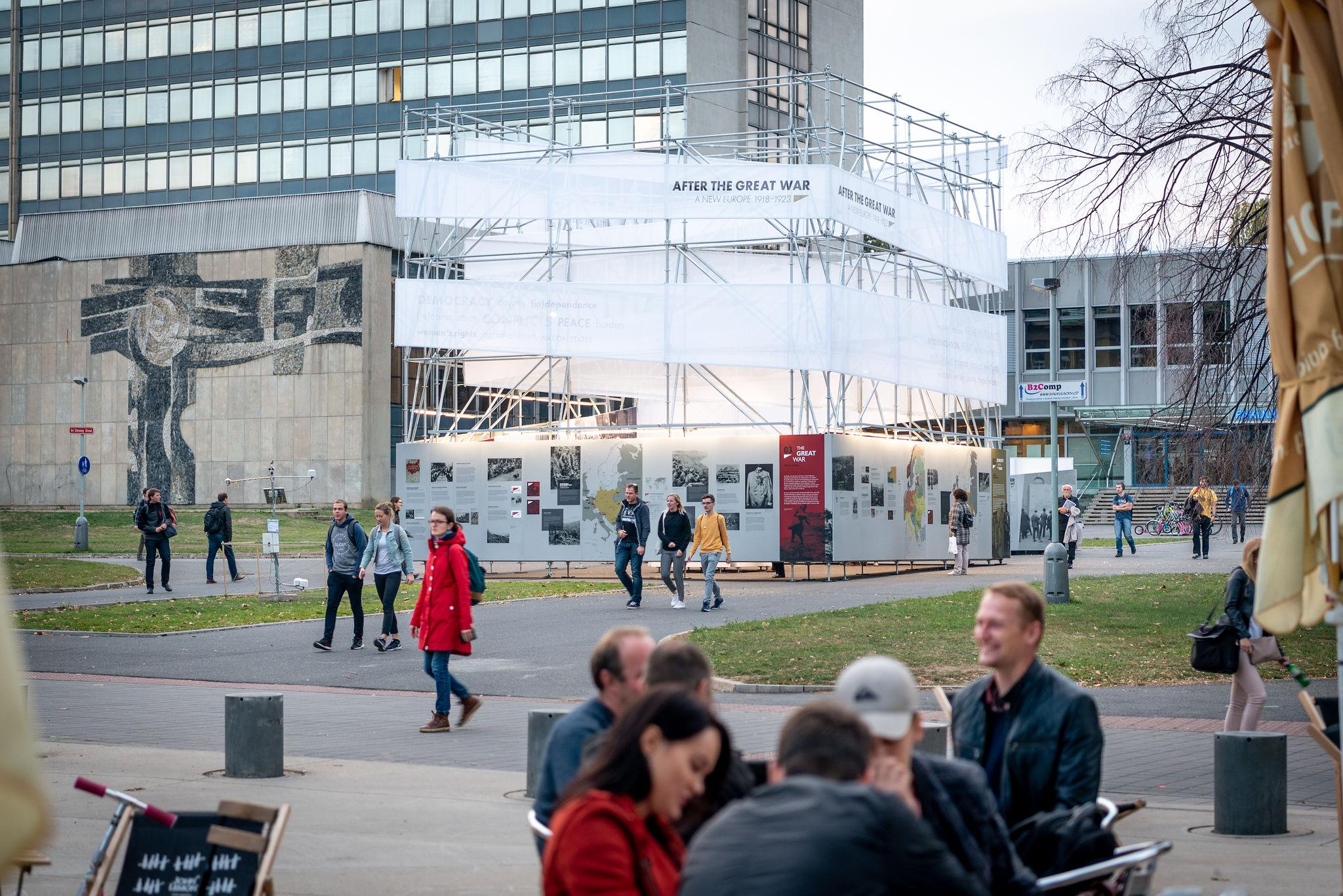 biało-srebrny pawilon z wystawą w kształcie sześcianu w przestrzeni miejskiej