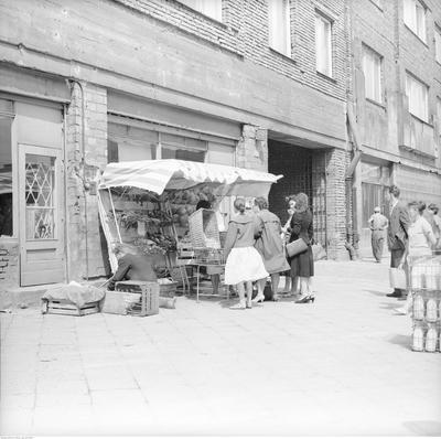 Stoisko z warzywami przed sklepem na czarno-białym zdjęciu
