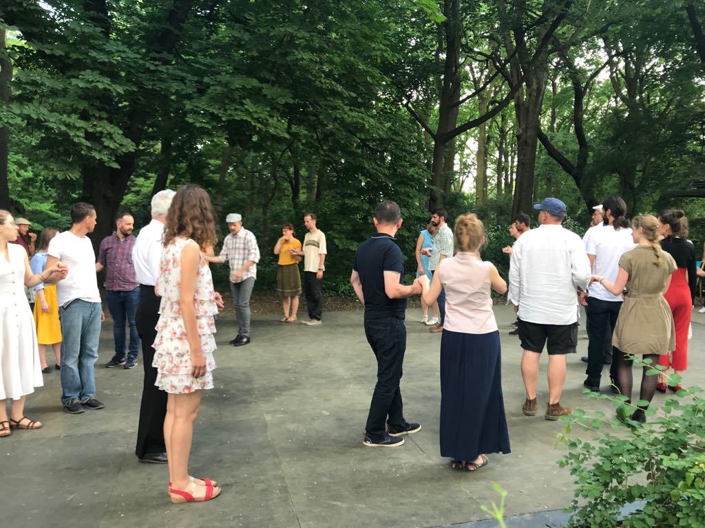tańczący ludzie w parku