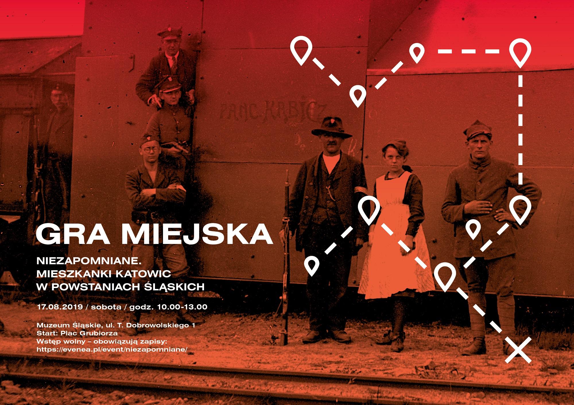 Zdjęcie z czasów powstań w czerwonej barwie. Na zdjęciu mężczyźni w strojach powstańczych, z bronią. Pośród nich kobieta w fartuchu. Stoją na tle pociągu. Na zdjęciu informacja o dacie i tytule gry miejskiej.
