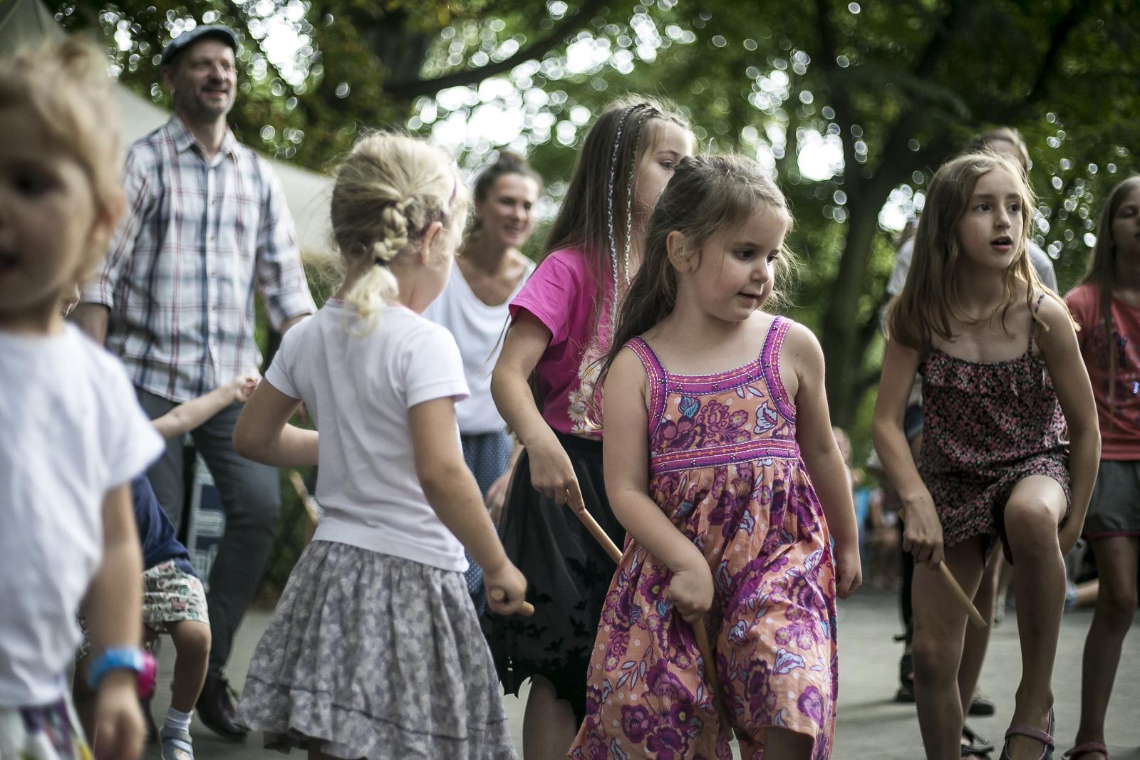 grupa dziewczynek stojących w rzędzie