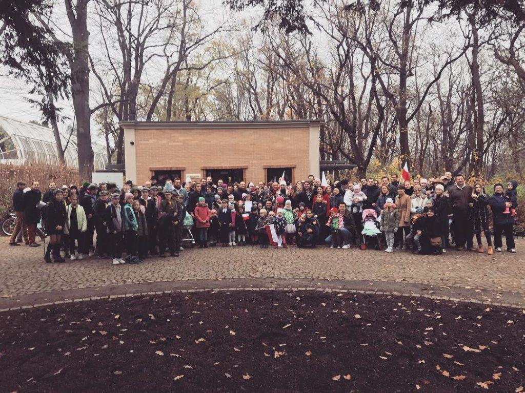Grupa ok 120 osób przed pawilonem kulturalnym Niepodległa. Miejsce spotkań, po odśpiewaniu hymnu narodowego.