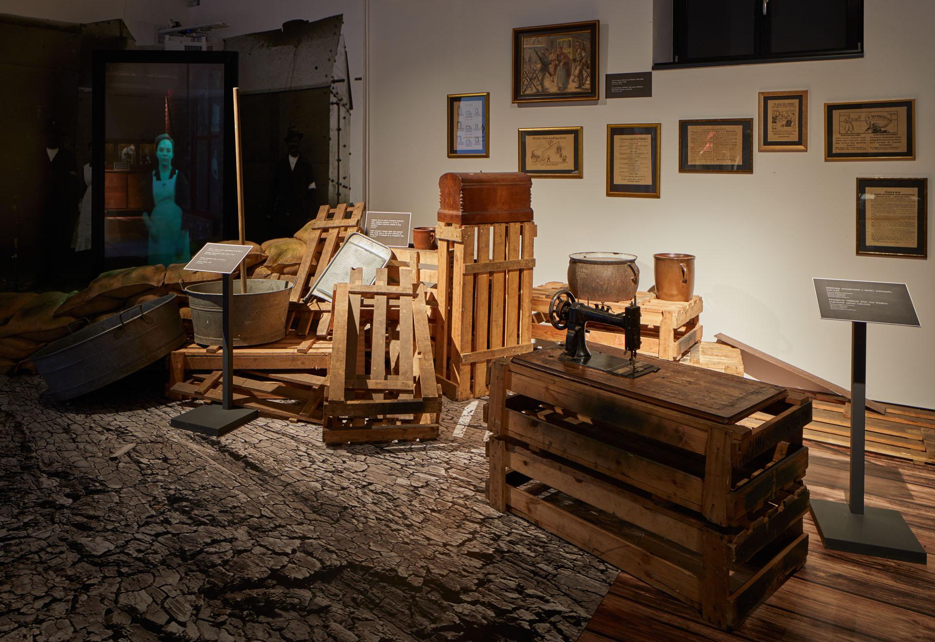 Zdjęcie wnętrza wystawy o kobietach w powstaniach. Na pierwszym planie komoda z dokumentami.