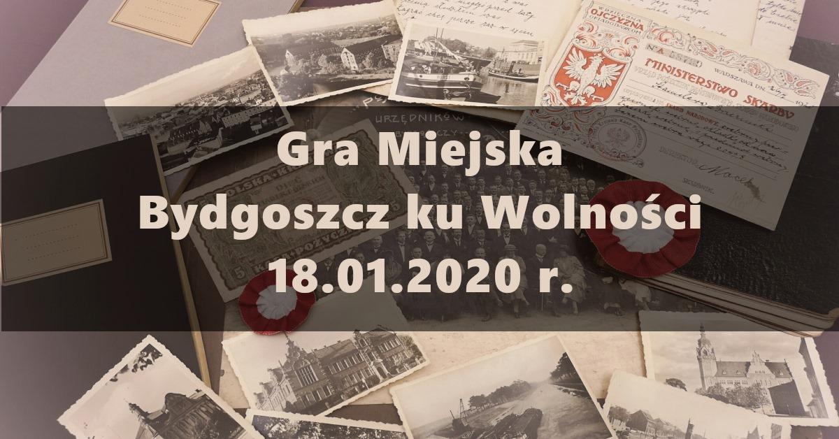 W tle grafiki w sepii przedstawiająca stare fotografie, dokumenty. Na nich, na półprzezroczystym pasie napis w trzech liniach brzmiący: Gra Miejska\Bydgoszcz ku Wolności\18.01.2020 r.