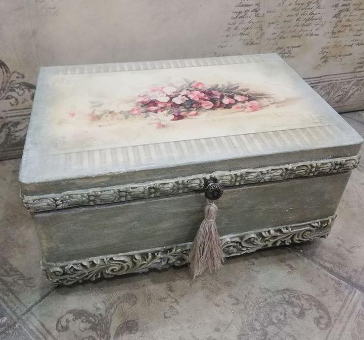 zdjęcie przedstawia dekorowaną szkatułkę