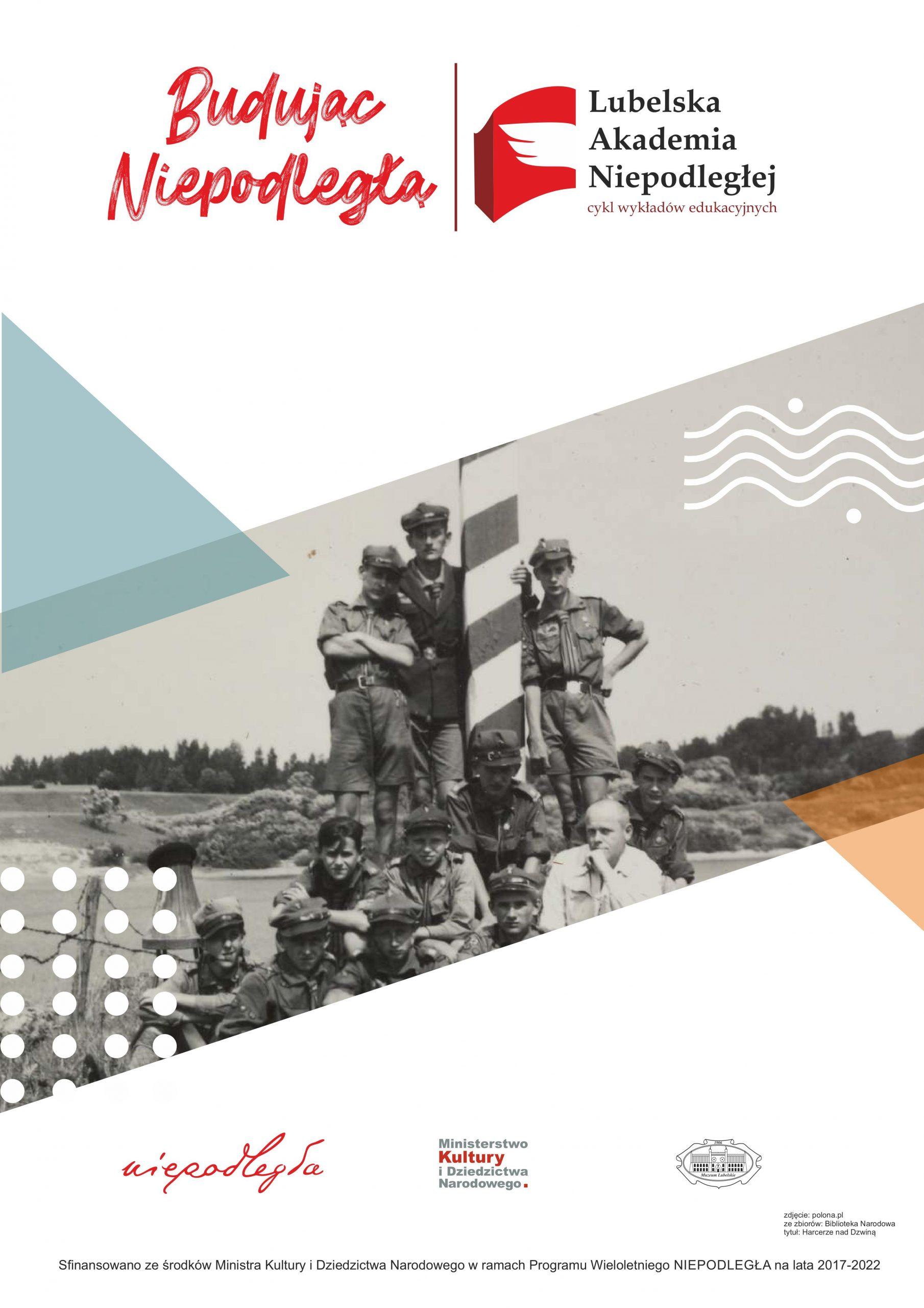 plaat wydarzenia -Pośrodku grupa młodych harcerzy, którzy pozują do zdjęcia przy polskim słupie granicznym. Na górze tytuł projektu: Budując Niepodległą. Lubelska Akademia Niepodległej. Na dole loga organizatorów.