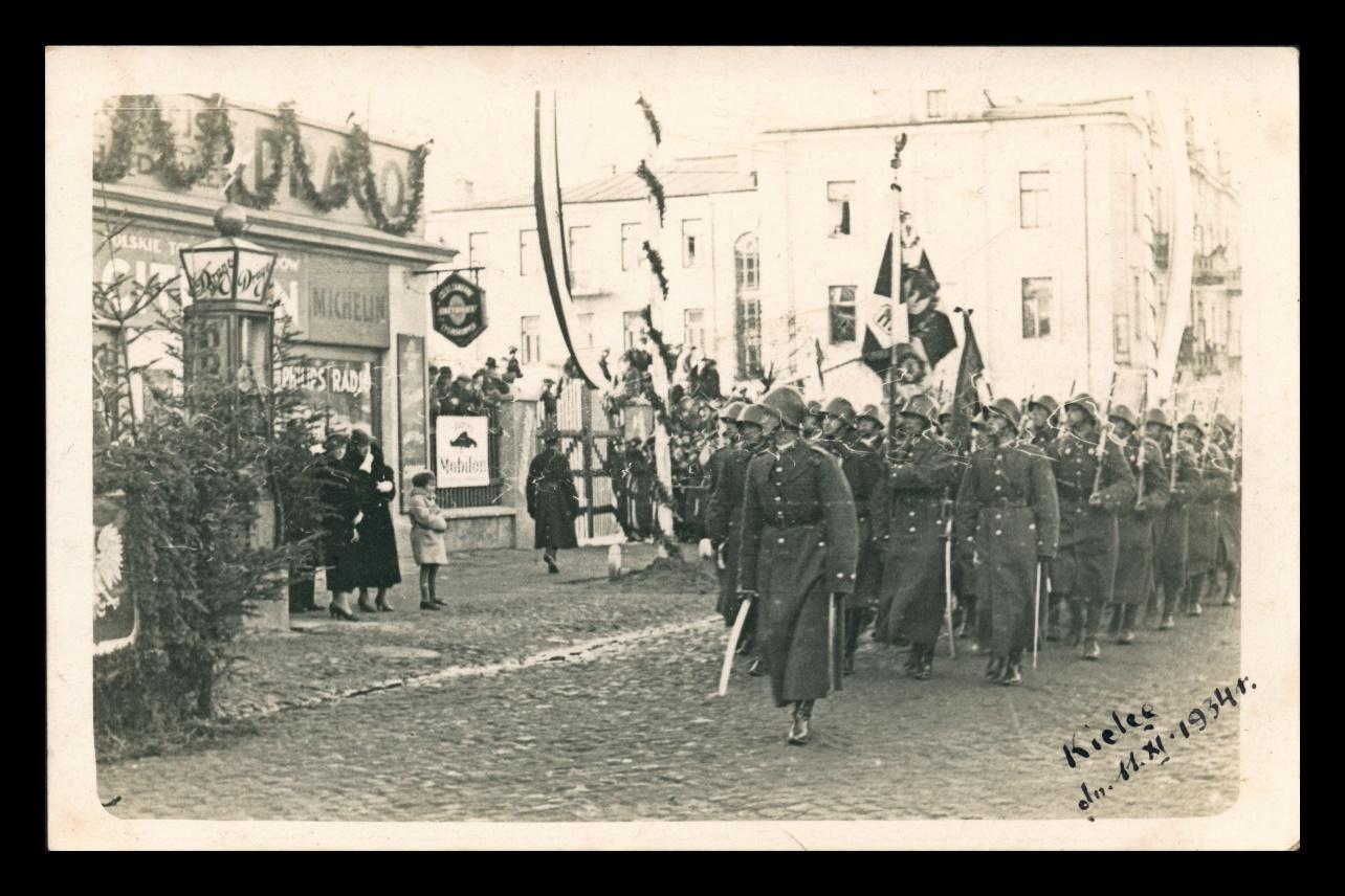 zdjęcie jest materiałem w wystawy i przedstawia defiladę 4. Pułku Piechoty Legionów podczas uroczystości z okazji Święta Niepodległości 11 listopada 1934 r.