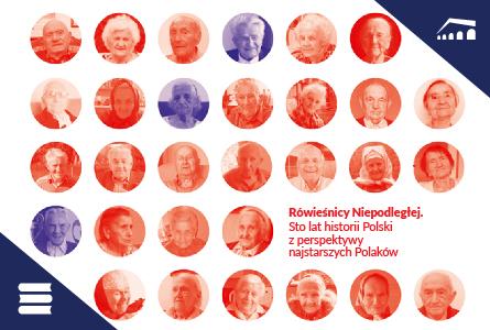 Ilustracja prostokątna w orientacji poziomej. Na białym tle przedstawiono pięć rzędów kółek, w których znajdują się portrety starszych osób, zarówno kobiet jak i mężczyzn. Niemal wszystkie portrety znajdują się na czerwonym tle, tylko trzy z nich są na fioletowym tle - czwarty w pierwszym rzędzie patrząc od lewej strony, trzeci w drugim rzędzie patrząc od lewej i pierwszy od lewej w czwartym rzędzie. Na wysokości czwartego rzędu, po prawej stronie, znajduje się napisany kapitalikami, czerwony napis: Rówieśnicy Niepodległej. Sto lat historii Polski z perspektywy najstarszych Polaków. W prawym górnym i dolnym lewym rogu ilustracji, po przekątnej, znajdują się ciemnogranatowe trójkąty; ten po prawej stronie zawiera białe logo Zajezdni, ten po lewej stronie zawiera białą grafikę książki.