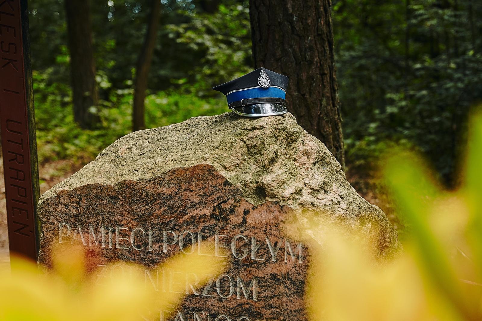 Obrazek przedstawia kamień upamiętniający Bitwę pod Łysobykami, ustawiony w 165. Rocznicę